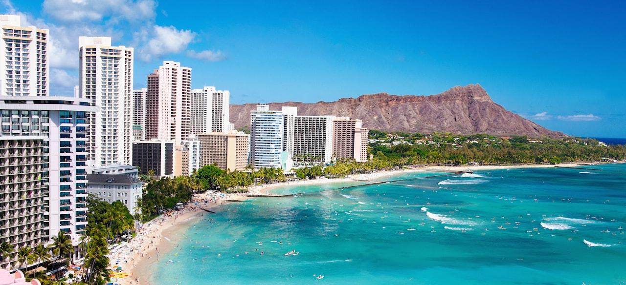 ダイアモンド・ヘッドを背に、ワイキキビーチに面して立ち並ぶホテル