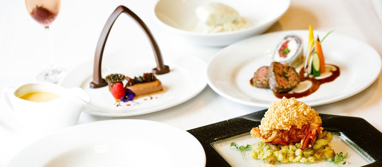 アウラニのロゴの形のチョコレートが飾られたウエディング用の料理の数々。