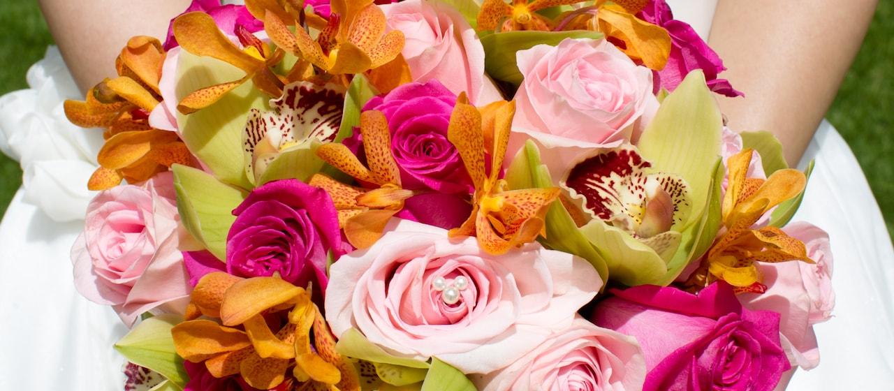 美しい花の飾りを持つ新婦