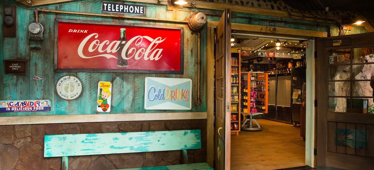 ラーバ・シャック・スナックショップの外観、風化したペンキと年代物風の商品看板が特徴