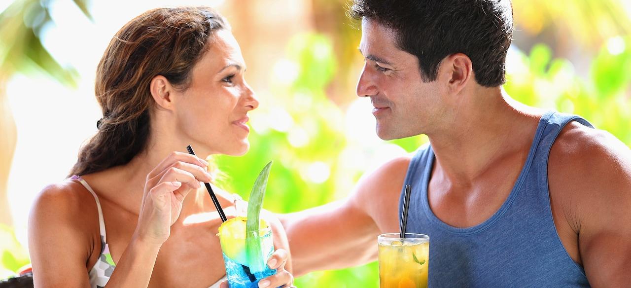 カクテルを楽しみながら見つめ合う男女
