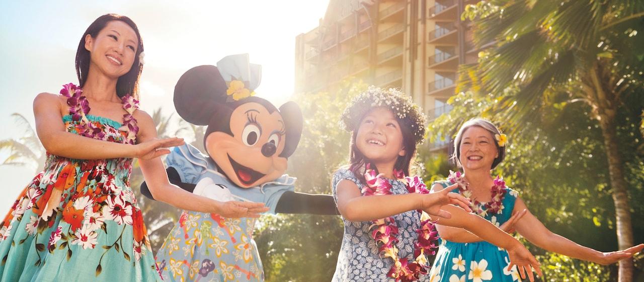 ミニーマウスに一緒にフラを踊る少女とその母、おばあさん。