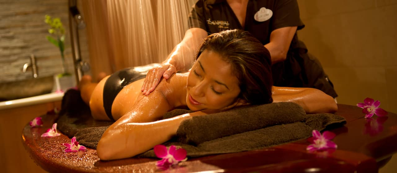 水しぶきのシャワーを浴びながらのマッサージにリラックスする女性