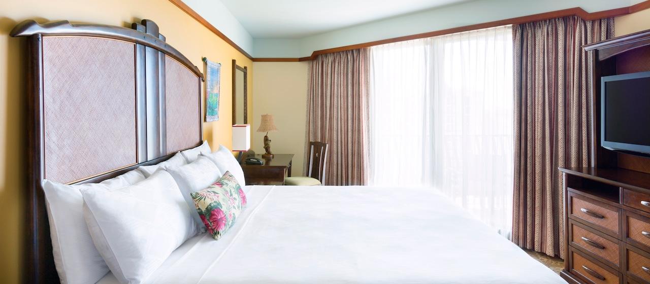 アウラニの 1 ベッドルーム・ヴィラのリビングエリアとバルコニー