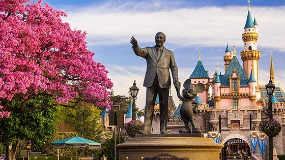 La statue Partners mettant en vedette Walt Disney et Mickey Mouse se tient devant le Sleeping Beauty Castle au parc Disneyland en Californie