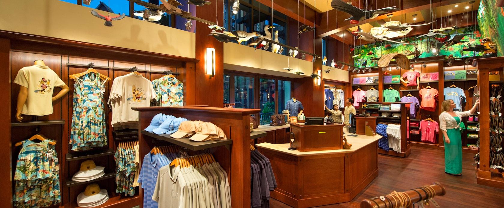 女性物のリゾートウェア、会計カウンター、商品を見る 2 人のお客様、その内の 1 人は店員が手助けしている