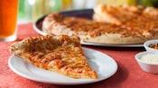 Close-up de uma pizza de massa fina