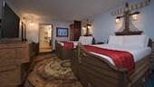 航海テーマで装飾された客室の2つのクイーンベッド