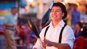 ディズニー・ボードウォークでジャグリングをする帽子を被った男性