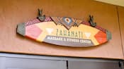 ザハナティ・マッサージ&フィットネス・センターのアフリカ風の看板