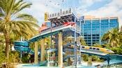 ディズニーランド・ホテルのプールと大きなウォータースライダー