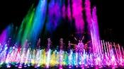 ピクサー・パル・ア・ラウンドの近くで光り輝く噴水