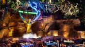 セッティングされたテーブル、椅子、滝の噴水があるディズニー・アニマルキングダム内のレストラン内部
