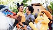 ミッキーのイヤーハットをかぶって笑顔の小さな男の子とお父さん、ティモンとラフィキ