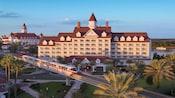 ディズニー・グランド・フロリディアン・リゾート&スパの前を走り抜けるモノレール