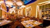 テーブルと椅子のある、明るいカジュアルなレストラン