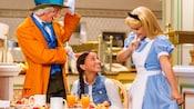 少女の朝食のテーブルにアリスとマッド・ハッタ―が訪れる