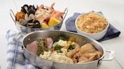 Las ofertas de la cena en Cape May Cafe incluyen el hervido de mariscos con mejillones, camarones y almejas, el plato Tierra con bistec y pollo, y los macarrones con queso y langosta