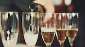 Champanhe sendo servido em taças de champanhe
