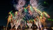 Fuegos artificiales explotando sobre World Showcase Lagoon en Epcot