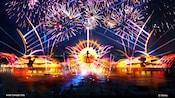 Fuegos artificiales iluminando el cielo sobre los Personajes de la película Coco de Disney