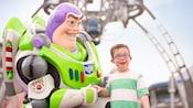 Un niño es todo sonrisas al encontrarse con Buzz Lightyear en Tomorrowland