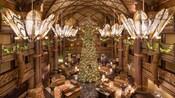 El lobby de Disney's Animal Kingdom Lodge, con decoración navideña