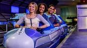 Visitantes sorriem ansiosamente perto do embarque para a Space Mountain, no Magic Kingdom Park