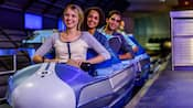 Visitantes sorriem ansiosamente perto do embarque para a Space Mountain, no Magic Kingdom Park