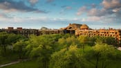 O Disney's Animal Kingdom Lodge com tema africano e a savana ao redor