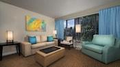 Muebles y arte moderno en una habitación de hotel