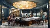 Des gens se tiennent autour d'un bar carré dans une salle décorée avec un grand luminaire doré