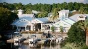 4barcos anclados cerca del exterior con gabletes de Disney's Old Key West Resort