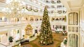 Un árbol de Navidad gigante en el lobby de Disney's Grand Floridian Resort & Spa