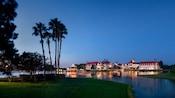 Disney's Grand Floridian Resort & Spa, um grandioso resort de praia em estilo vitoriano, na orla de uma lagoa ladeada por palmeiras