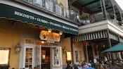 Gente parada cerca de un restaurante con un letrero que dice Jazz Kitchen Express