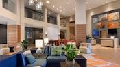 Un lobby con arquitectura, arte y muebles modernos