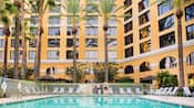 Una gran piscina de Resort rodeada de palmeras