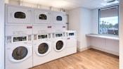 Lavandería pública con lavadoras y secadoras modernas