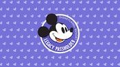 Logotipo de Portador de Pase de Histórico sobre un fondo de color púrpura con pequeños íconos de mickey