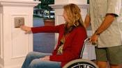 Un visitante en sillas de ruedas activa abridores de puerta automáticos