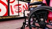 Un joven Visitante en silla de ruedas en Disneyland Resort
