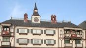 La fachada de Anaheim Camelot Inn & Suites con su arquitectura clásica inspirada en Europa