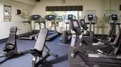 Gimnasio con máquinas de ejercicio