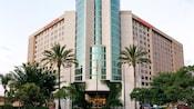 La entrada principal a Anaheim Marriott Suites, un hotel de 14 pisos con diseño moderno