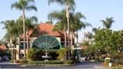 La entrada principal al clásico Candy Cane Inn, que cuenta con palmeras y una fuente