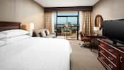Decorada con muebles contemporáneos, esta habitación incluye una cama King Size y un balcón con una vista espectacular