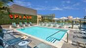 El área de piscina en la azotea cuenta con una amplia terraza con muchos camastros