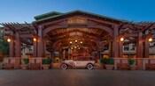 Un auto antiguo estacionado en la recepción de automóviles y entrada a Disney's Grand California Hotel & Spa