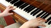 Un músico toca el piano en el lobby de Disney's Grand California Hotel & Spa